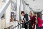 """Nuotrauka. Nacionalinio piešinių konkurso """"Mes užaugome laisvi"""", skirto Laisvės gynėjų dienai, geriausių darbų parodos atidarymas. Seimo kanceliarijos (aut. Dž.G.Barysaitė) nuotr."""