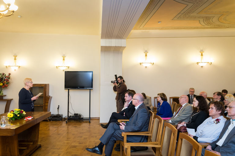 Seimo Pirmininko pavaduotoja, Lituanistikos tradicijų ir paveldo įprasminimo komisijos pirmininkė Irena Degutienė pasveikino Spaudos pusryčių dalyvius.  Seimo kanceliarijos (aut. O. Posaškova) nuotr.