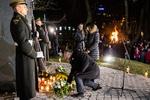 Nuotrauka. Atminimo laužų uždegimo ceremonija prie Lietuvos nacionalinio radijo ir televizijos pastato. Seimo kanceliarijos (aut. O. Posaškova) nuotr.