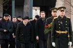 """Nuotrauka. Gėlių padėjimo ceremonija prie Kovo 11-ajai skirto paminklo """"Žinia"""" Nepriklausomybės aikštėje. Seimo kanceliarijos (aut. O. Posaškova) nuotr."""