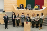 Nuotrauka. Skautų į Seimą atneštą Betliejaus taikos ugnelę priėmė Seimo Pirmininkas V. Pranckietis. Seimo kanceliarijos (aut. Dž. G. Barysaitė) nuotr.