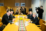 Nuotrauka. Seimo Pirmininkas Viktoras Pranckietis susitiko su Lietuvos krepšinio federacijos prezidentu Arvydu Saboniu ir federacijos generaliniu sekretoriumi-direktoriumi Mindaugu Špoku. Seimo kanceliarijos (aut. O. Posaškova) nuotr.