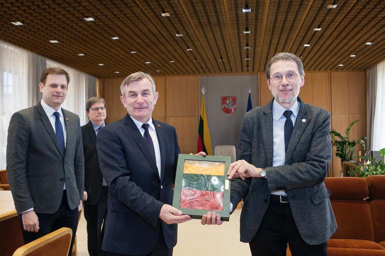 Seimo Pirmininkas Viktoras Pranckietis susitiko su prof. Liudu Mažyliu. Seimo kanceliarijos (aut. Dž.G.Barysaitė) nuotr.